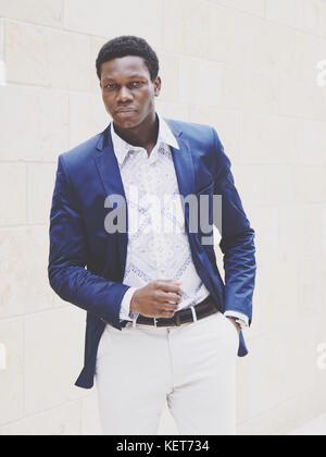 Jeune homme à la mode d'origine africaine Banque D'Images