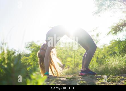 Sport femme dans l'exercice de remise en forme en plein air parc tracker technologie portable Banque D'Images