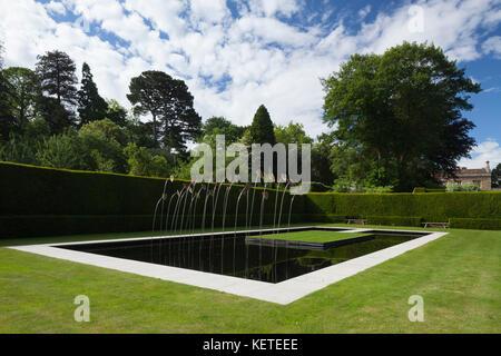 Le Jardin d\'eau contemporain avec l\'art moderne sculpture est clos ...