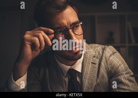 Classy businessman à lunettes Banque D'Images