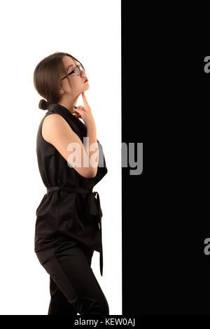 Pensive young business woman coréen sur fond noir et blanc, concept Banque D'Images