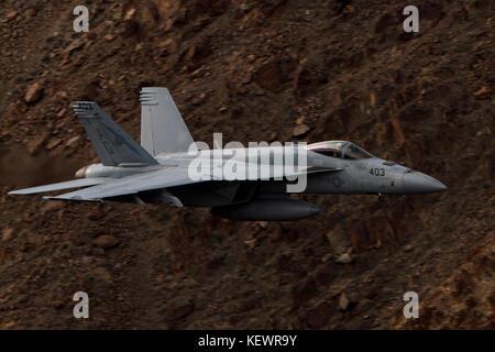 Boeing F/A-18E Super Hornet de la United States Navy squadron VFA-25 Fist de la flotte (AG 403) vole à travers le faible niveau de Transition Jedi, Star Wars Canyon, Death Valley National Park, California, United States of America