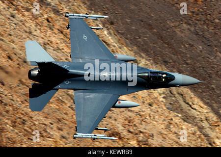 United States Air Force General Dynamics F-16C Fighting Falcon (88-0438) de la Garde nationale aérienne du Dakota du Sud vole faible niveau à travers la transition de Jedi, Star Wars Canyon, Death Valley National Park, California, United States of America
