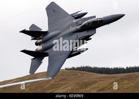 United States Air Force McDonnell-Douglas F-15E Strike Eagle LN (91-326) de la 48e Escadre de chasse, 494e Escadron de chasse basé à RAF Lakenheath, Angleterre, mouches faible niveau grâce à la boucle de Mach, Machynlleth, au Pays de Galles, Royaume-Uni