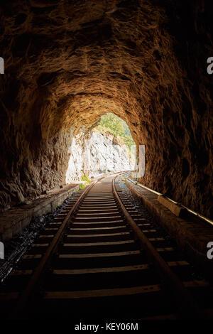 La sortie de darknes - Light à la fin du tunnel, Ombre de personnes debout dans le tunnel du Train Banque D'Images