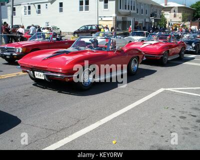 Deux corvettes rouge sur la rue Main, Watkins Glen, NY pour Festival Grand Prix.