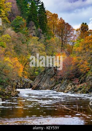 Couleurs d'automne spectaculaire en bois naturel sur les rives de la rivière Garry historique au col de Killiecrankie à soldier's leap près de Pitlochry.