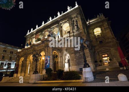 Vue horizontale de l'Opéra d'Etat de Hongrie à Budapest de nuit. Banque D'Images