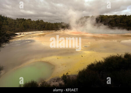 La piscine de champagne et la palette d'artiste, zone géothermique waiotapu dans le nord de l'île de la Nouvelle Banque D'Images