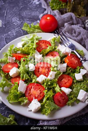 Salade saine avec tomate et fromage feta Banque D'Images