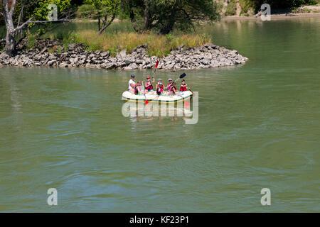 Les jeunes enfants et adultes rafting sur le Danube, en Slovaquie. Banque D'Images