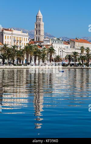 Cathédrale de saint Domnius reflète dans l'eau au large de la riva bordé d'arbres sur le front de mer de split. Banque D'Images