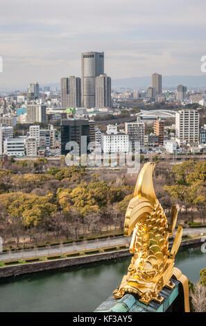Un shachihoko ou shachi sur le toit du château d'Osaka, Japon, un animal dans le folklore japonais avec la tête Banque D'Images