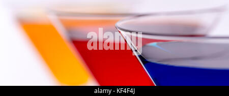 Des cocktails colorés dans Verres Abstract Background. Publicités Bar Concept. Banque D'Images