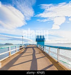 Vieille jetée à Petone, Wellington, Nouvelle-Zélande sous un ciel spectaculaire et ensoleillé. Banque D'Images