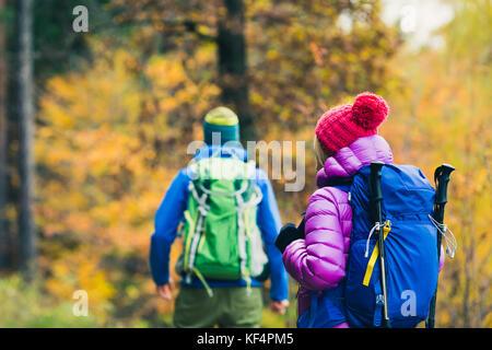 Couple heureux randonneurs randonnée dans la magnifique forêt d'automne jaune et les montagnes. Les Jeunes Homme Banque D'Images
