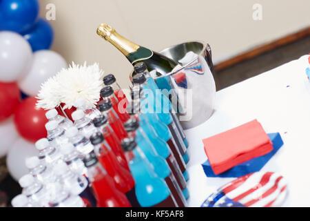 Close-up of a conclu avec diverses boissons à côté d'une bouteille de champagne pour célébrer le jour de l'indépendance ou pour d'autres fête américaine
