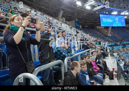 Saint-Pétersbourg, Russie-okt 21, 2017: les gens regardent le match de football et prendre des photos. Fédération Banque D'Images