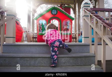 Tout-petit marche vers Noël ou vacances d'affiche. Banque D'Images