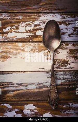 Cuillère en métal sur l'ancienne en bois grunge background Banque D'Images