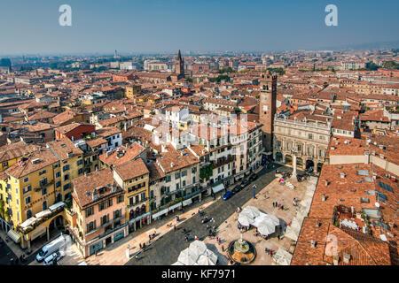 Piazza delle Erbe square et sur les toits de la ville, Vérone, Vénétie, Italie Banque D'Images