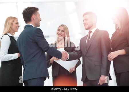 Poignée de main à conclure un accord après une réunion dans un