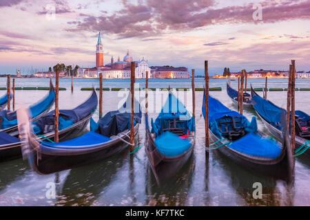 Italie Venise gondoles amarrées italie gondoles sur le Grand Canal Venise face à l'île de San Giorgio Maggiore Venise Banque D'Images