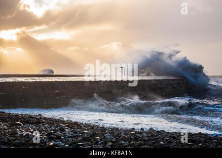 Les vagues déferlent sur le Cobb à Lyme Regis dans le Dorset au cours de Storm Brian le samedi 21 octobre 2017. Banque D'Images