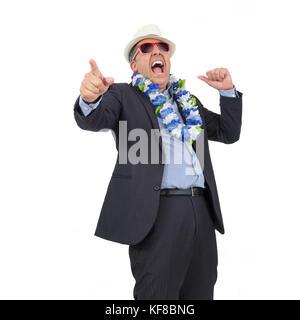 Happy hour de l'entreprise. fou rire l'homme d'affaires. Il porte un collier de fleurs hawaïen et lunettes. carnival Banque D'Images