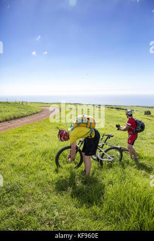 Usa, Hawaii, la grande île, les vététistes se prépare à pu'uhue ride road trail off road de 250 au sud d'hapuna Banque D'Images