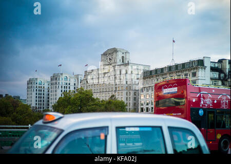 Shell Mex House - Londres en bus et en taxi contre Waterloo Bridge en face de Shell Mex House dans le centre de Banque D'Images
