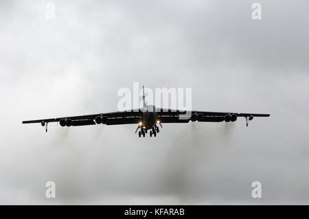 US Airforce un Boeing B-52H Stratofortress de bombe 23 Sqn/ 5 Bomb Wing sur l'approche finale sur un ciel nuageux gris-journée à RIAT 2007 avec moteur-fumée noire