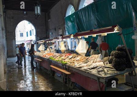 L'Italie, Venise, du poisson frais au marché du Rialto. Banque D'Images