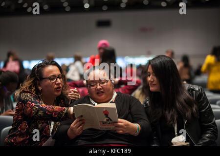 Detroit, Michigan, USA. 27 oct, 2017. trois participants à la convention de la femme regarder par-dessus les conventions Banque D'Images