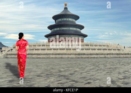 Jeune femme asiatique en vieux chinois traditionnel robes dans le temple du Ciel à Beijing, Chine. Banque D'Images