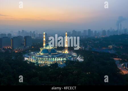 Vue aérienne de la mosquée du terriroire fédéral pendant le lever du soleil. mosquée du terriroire fédéral est un Banque D'Images