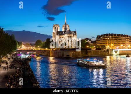Notre dame de paris avec croisière sur la seine la nuit à Paris, France Banque D'Images