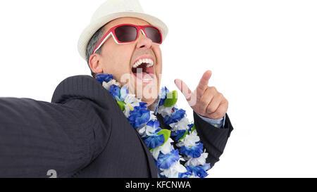 L'homme n'. selfies. pov point de vue.. selfies photo avec téléphone mobile à l'heure de l'apéro. Il porte un collier Banque D'Images