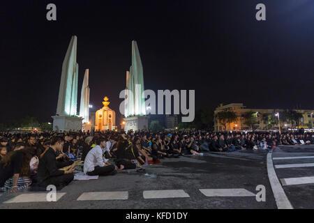 Bangkok, Thaïlande - 26 octobre: deuil non identifiés en noir s'asseoir et regarder les activités royales pour la crémation de Rama 9, l'ex-roi à côté de
