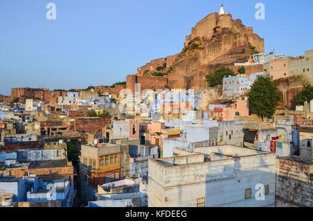 Cityscape de Jodphur indigo traditionnel avec des maisons peintes en bleu et blanc et le 15ème siècle la forteresse de Mehrangarh sur la colline.