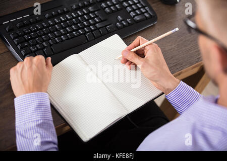 Portrait de l'ordinateur portable à carreaux avec un crayon sur le bureau Banque D'Images