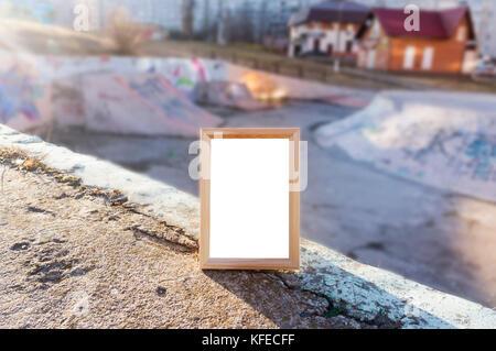 Maquette en blanc, cadre en bois photo vides sur le fond de la rue, parc urbain bmx Banque D'Images