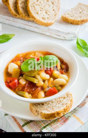 Soupe minestrone italienne faite maison au basilic - chaud maison saine régime végétarien végétalien soupe alimentaire Banque D'Images