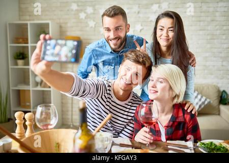 Ami posant pour dîner à Selfies Banque D'Images