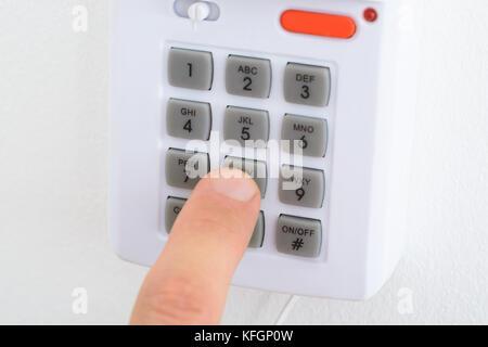 Close-up d'une main sur le bouton Système de sécurité Banque D'Images