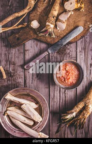 Au-dessus de la cuisson de la sauce au raifort Banque D'Images