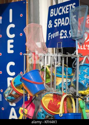 SOUTHEND-ON-SEA, Essex: des seaux et des pelles à vendre à cadeaux Banque D'Images