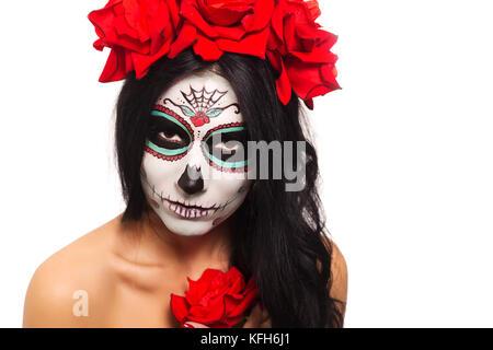 Le Jour des morts. halloween. jeune femme dans le Jour des morts crâne Masque visage art et rose. isolé sur blanc. libre.
