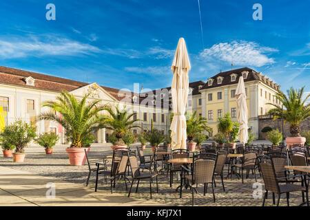 LUDWIGSBURG, ALLEMAGNE - 25 octobre 2017: les chaises et les tables du château cafe l'invite à prendre un repos Banque D'Images