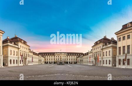 LUDWIGSBURG, ALLEMAGNE - 25 octobre 2017: Pendant le coucher du soleil la cour intérieure du château glooms dans Banque D'Images
